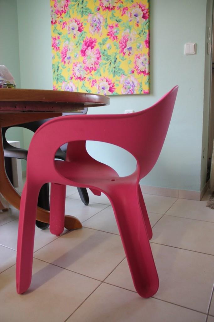 כסא ורוד של מעצב לונדוני לצד שולחן ישן שקיבלנו בירושה