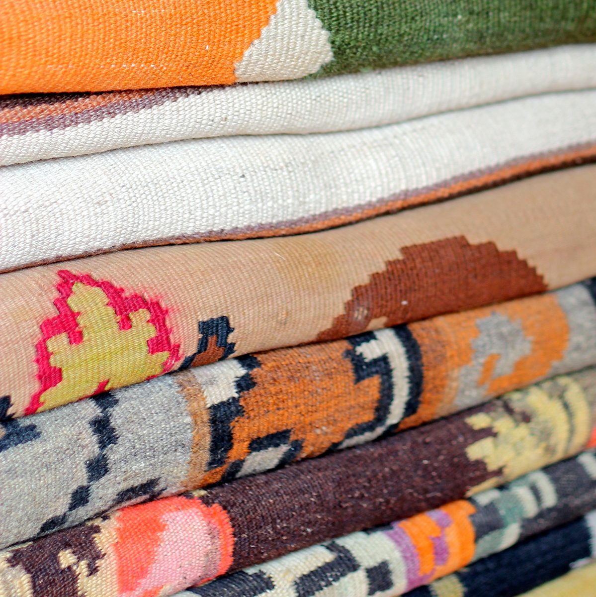 """שטיחי קילים מכל הסוגים ומארצות שונות, בטווח מחירים היסטרי החל מ-400 ש""""ח ועד 10,000 ש""""ח (לטענת המוכר)"""
