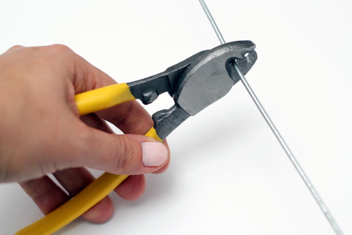חותכים חוט ברזל באורך מטר