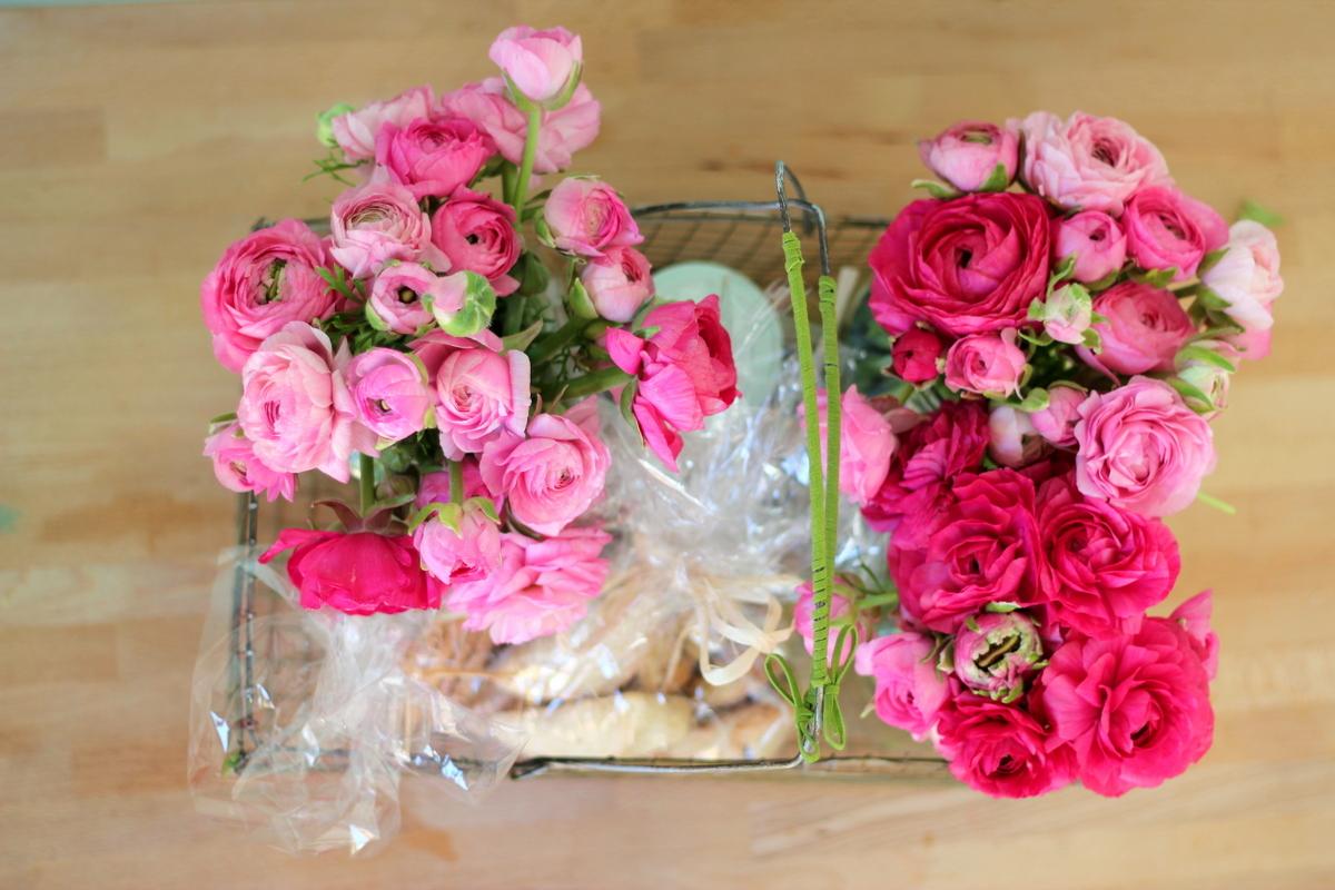 המשלוח שהכנתי כולל פרחים, צנצנת ריבה, אזני המן ועוגיות קנטוצ'יני