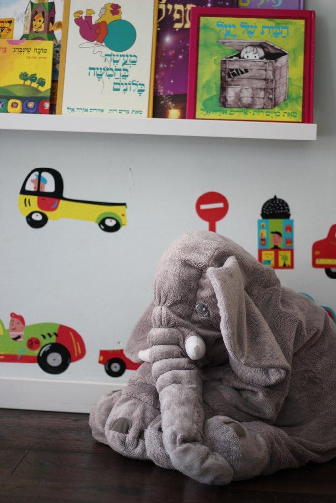 הפיל האהוב מחכה להם בפינת הקריאה (גם הוא מאיקאה)