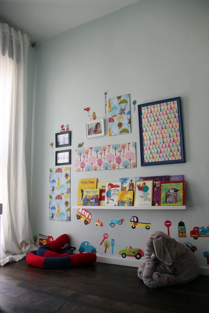 הקיר בשלמותו שעתיד להשתנות, כאשר את המסגרות הכהות אחליף בבהירות