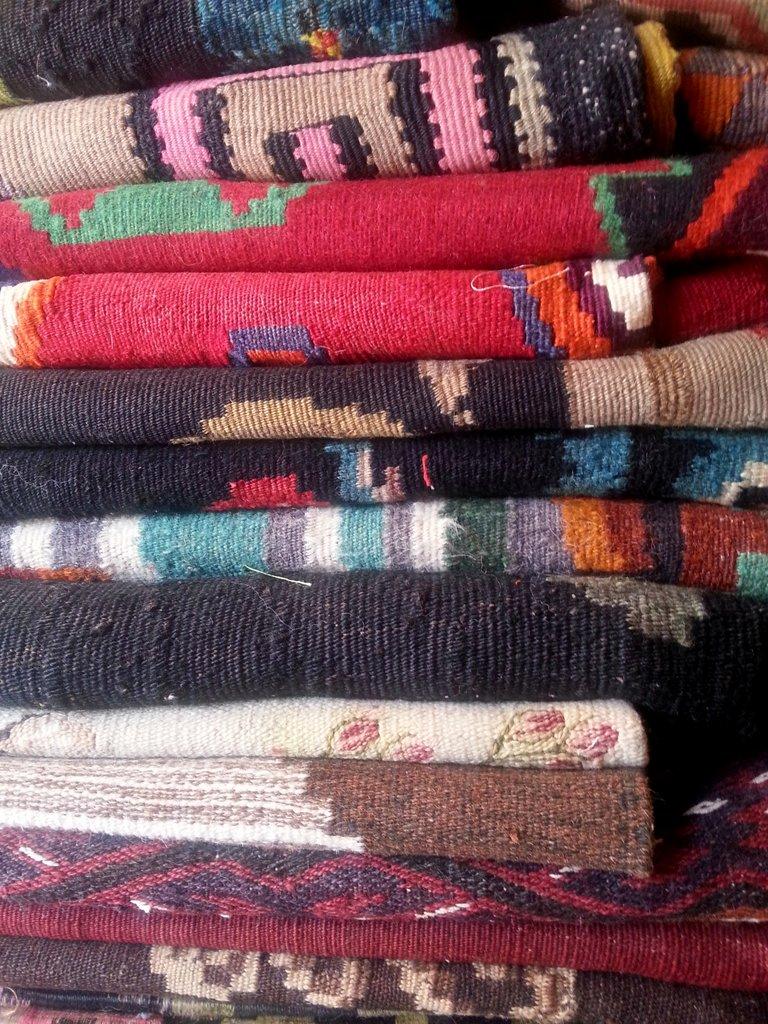 ערימת השטיחים בכניסה לחנות