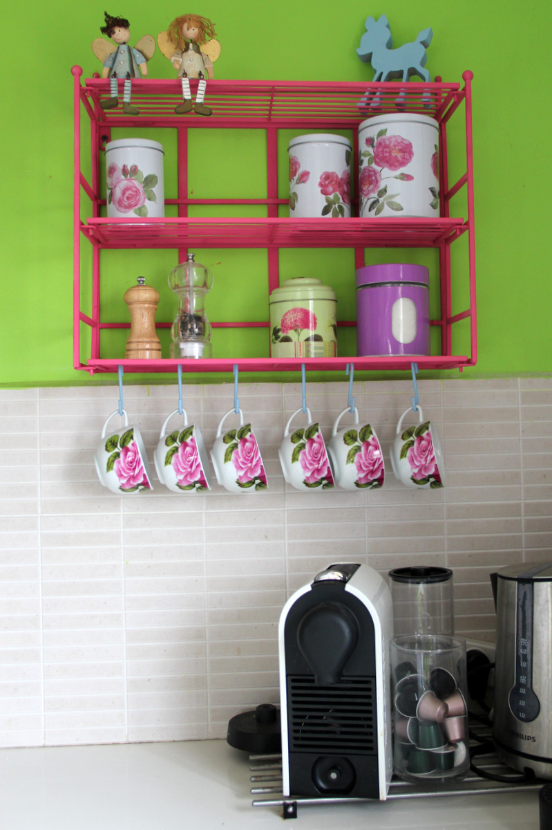 פרט מתוך המטבח שלי, צבעוני ועז בדיוק כמו שאני אוהבת.