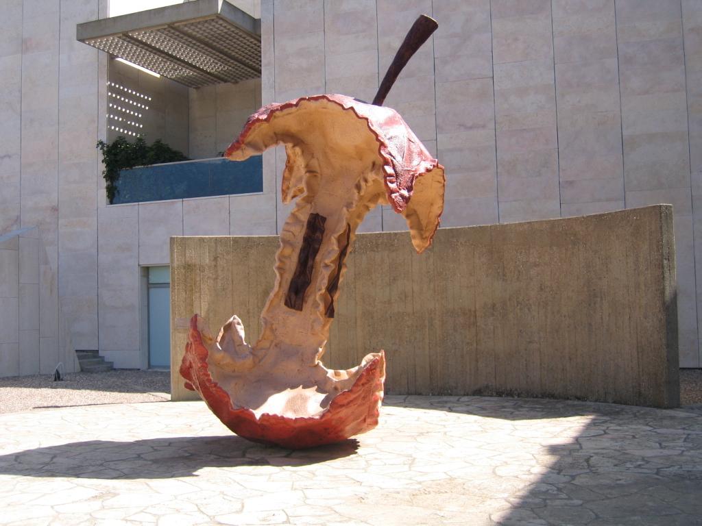 השראה לקנה מידה בפסל של קלאס אולדנבורג, התמונה מכאן.