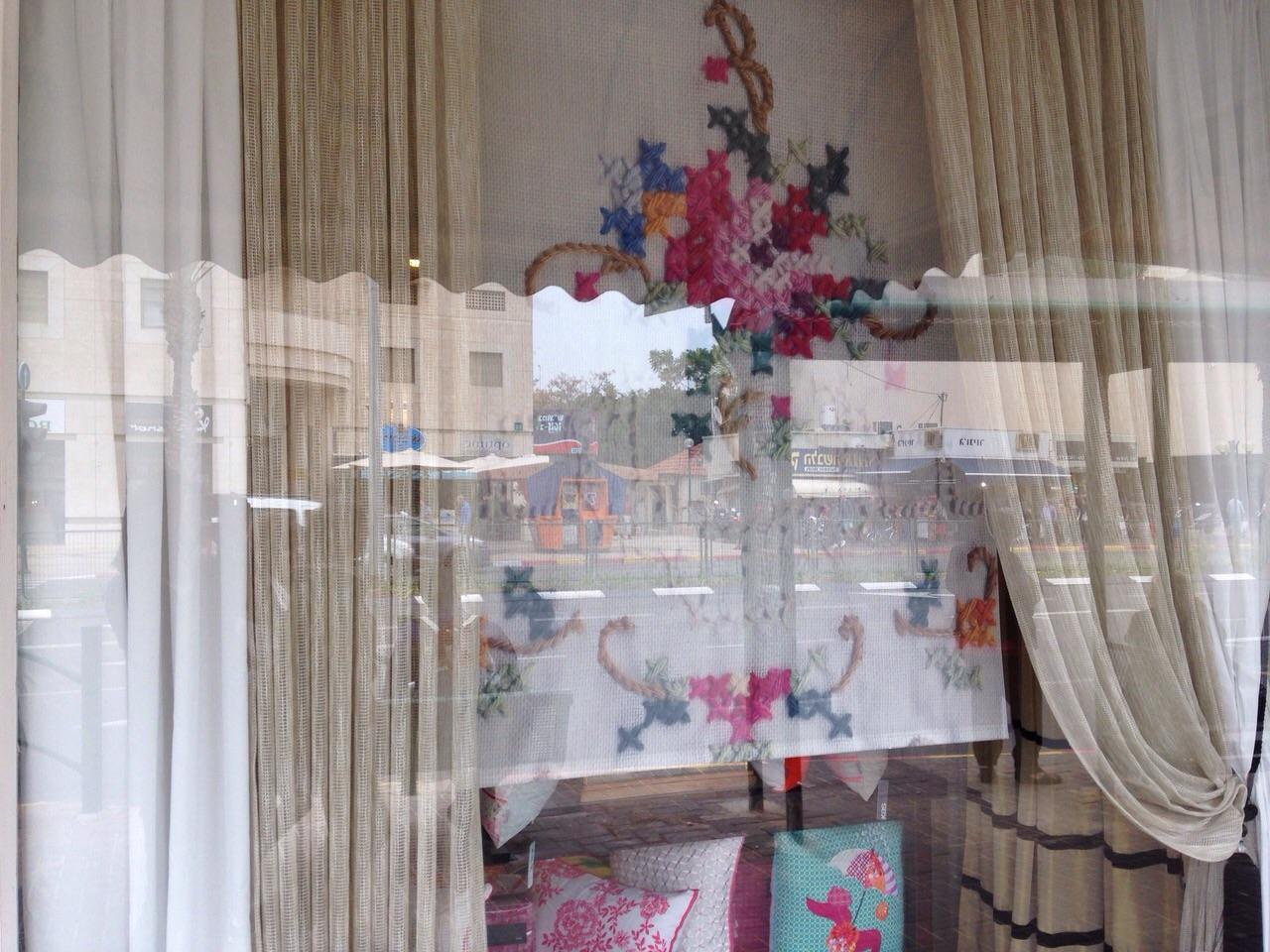 הוילון מקשט את חלון הראווה של חנות רוזבד ברעננה