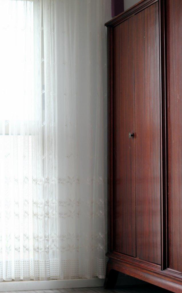 ארון ישן שקיבלתי מחברה לצד הוילון היקר ללבי.