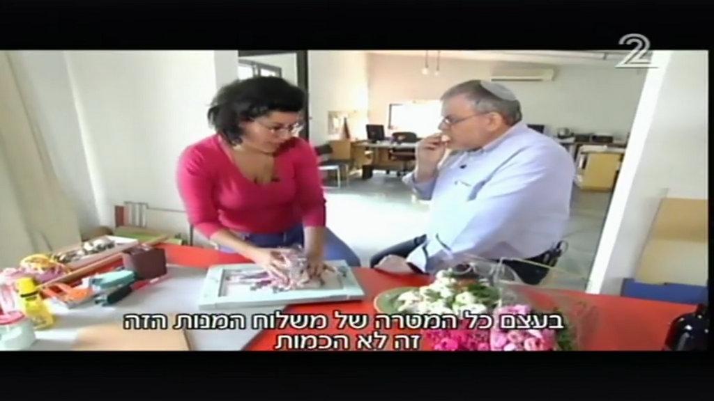 מנחם הורוביץ ולירון גונן מכינים משלוח מנות בתכנית חיסכון (20)
