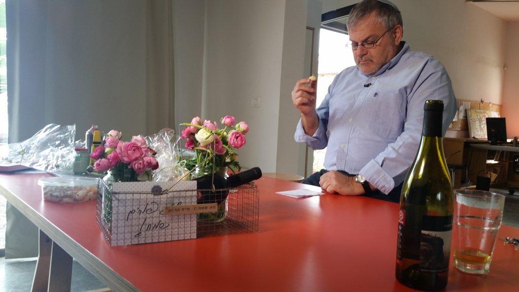 מנחם הורוביץ ולירון גונן מכינים משלוח מנות בתכנית חיסכון (27)
