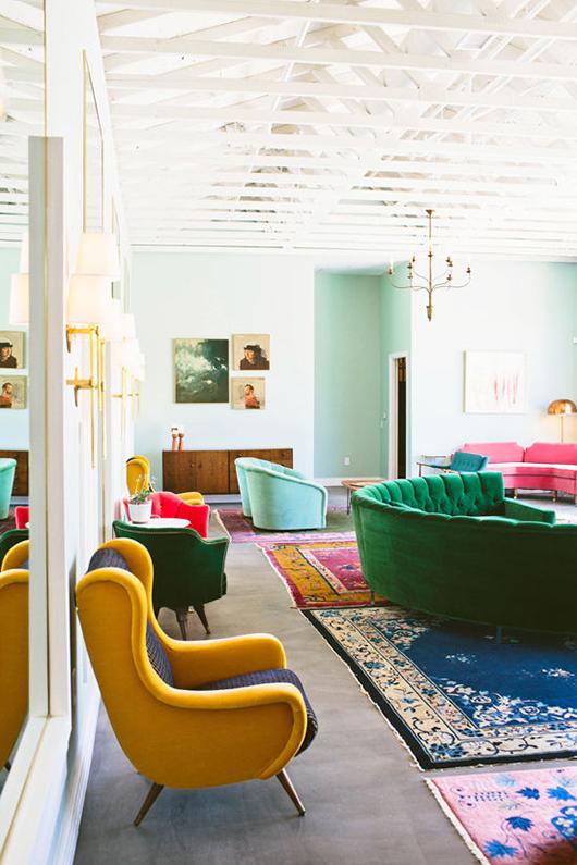 תפזורת של ספות מבד קטיפה בצבעים שונים, חלל אירועים מלא סטייל ב LA The Fig House