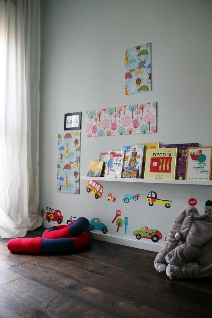 חדר השינה של בניי המתוקים. רצפת עץ כהה עובדת טוב עם צבעי פסטל. צילום: לירון גונן.
