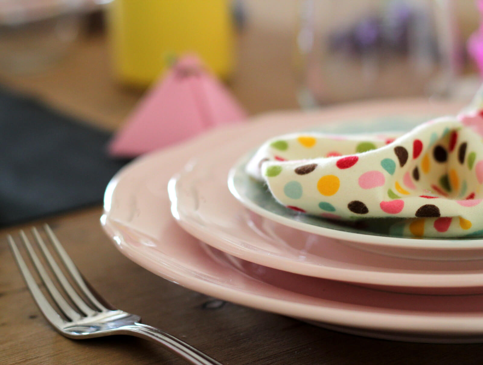 סידור שולחן חג צבעוני ובעלויות נמוכות בעיצוב לירון גונן ולירון אוטמזגין