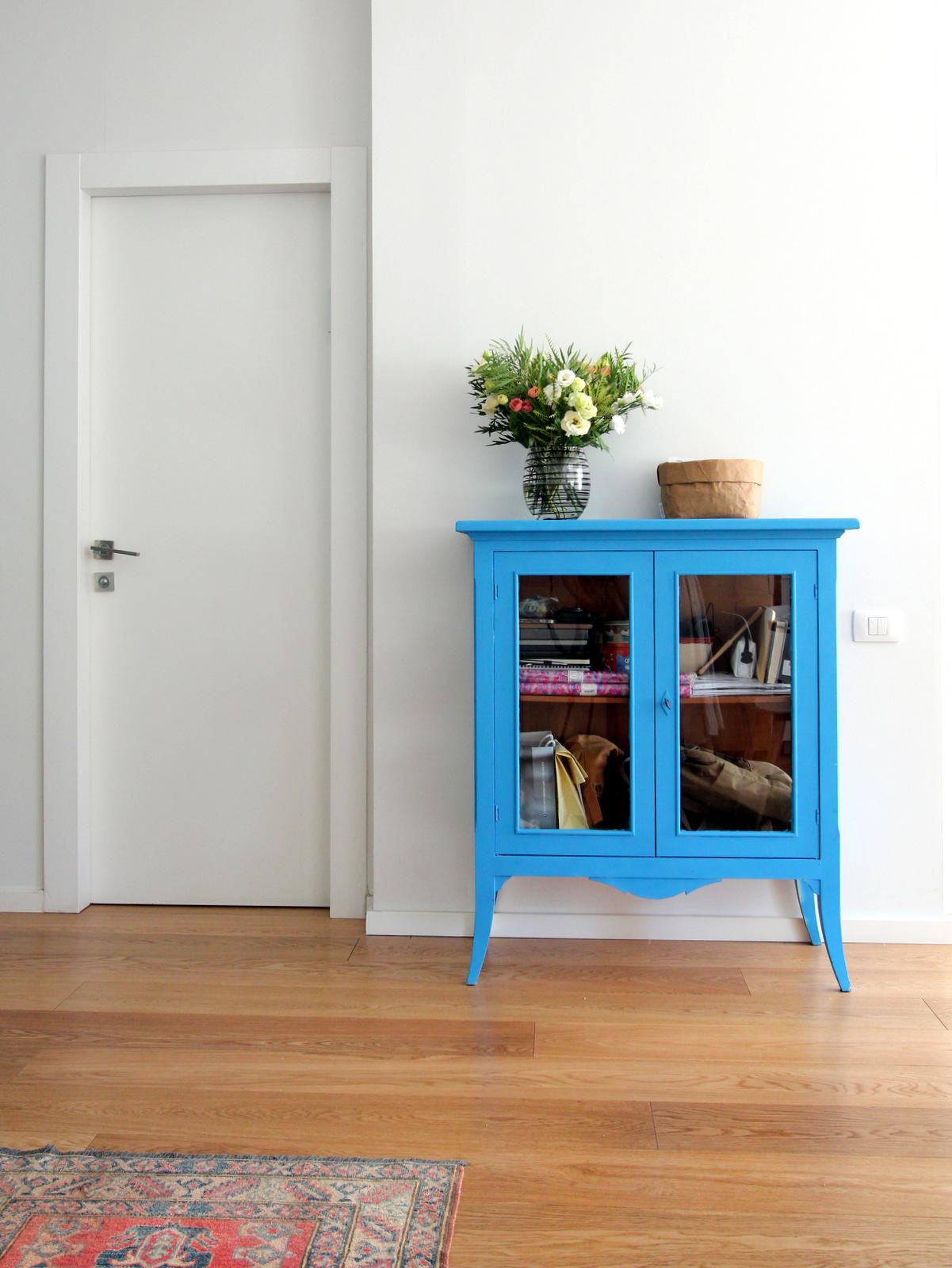 """שידת הכניסה נצבעה ע""""י הלקוחה בצבע ספריי בגוון כחול סנטוריני"""