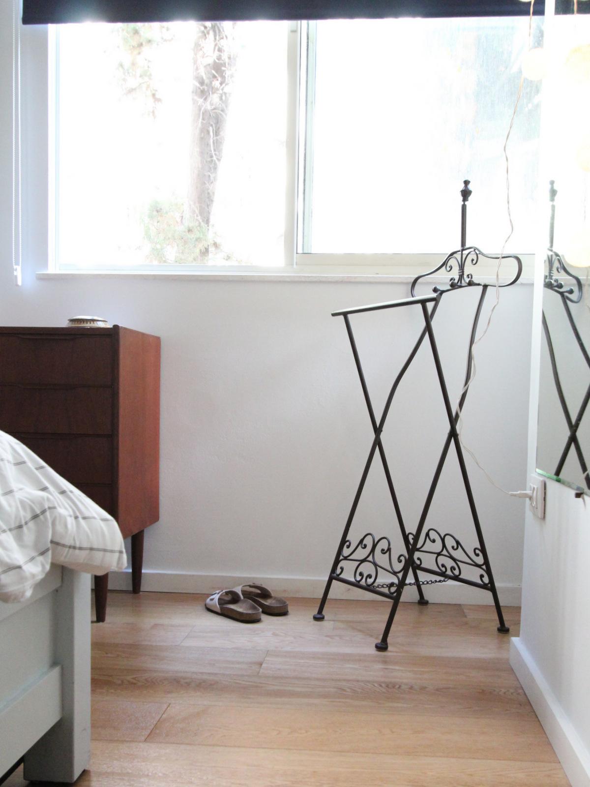 חדר שינה בוהו מודרני הום סטיילינג לירון גונן סטודיו מיס גרות וילון גלילה כהה רוזבד