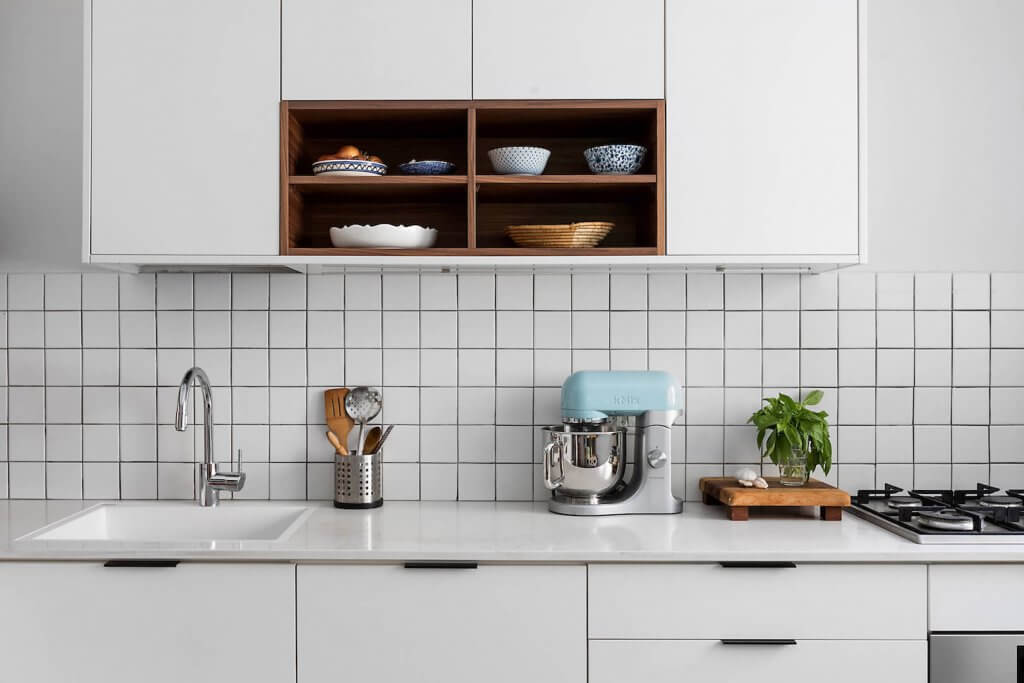 מטבח מודרני, מטבח פורמייקה לבן, פורניר אגוז, ארון עליון במטבח