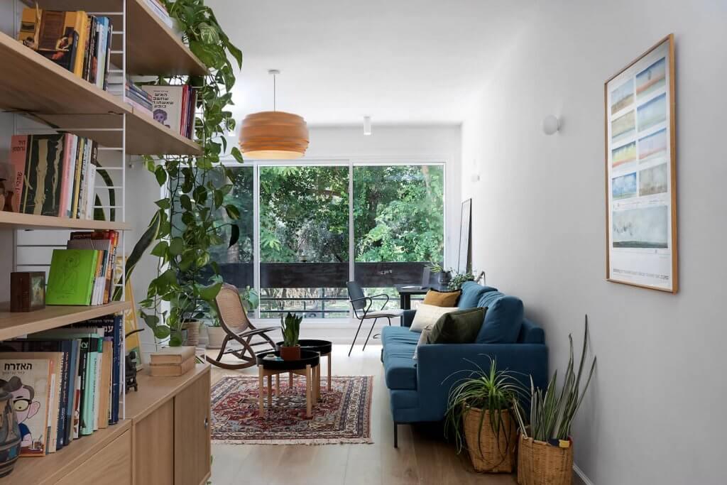 סטודיו ויהי, בדוסה, ספה כחולה, ספה בצבע כחול, שטיח וינטג, שולחנות עגולים לסלון, ספריה STRING סטרינג