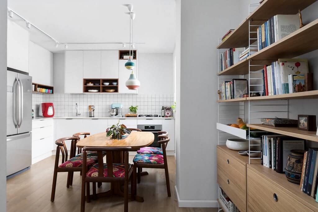 מטבח פתוח, מטבח עם פינת אוכל, פרקט למינציה במטבח, קרני תכלת