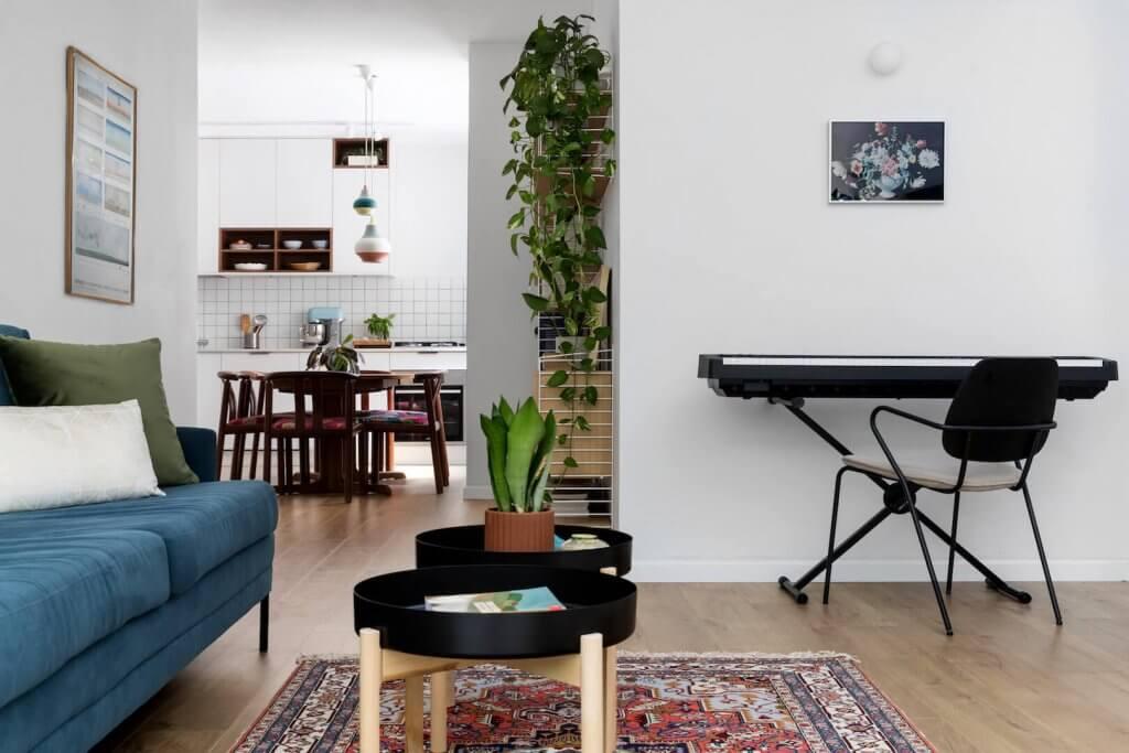 לואיס פולסן LOUIS POULSEN, עיצוב פנים, עיצוב בית מודרני, פרקט למינציה קוויק סטפ אלון טבעי, בדוסה, ספה כחולה, שטיח וינטג