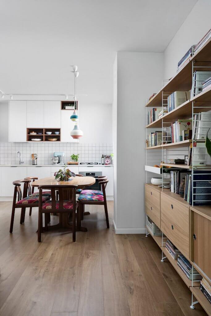 מטבח מודרני, פינת אוכל במטבח, ספרייה מודולרית STRING, תאורה צבעונית למטבח, פס צבירה לבן