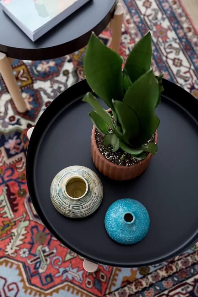 עיצוב פנים בר קיימא, לירון גונן, שטיח וינטג, שולחן איקאה