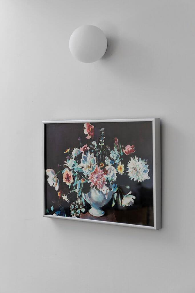 מינימליזם, עיצוב בית מינימליסטי, גוף תאורה עגול לקיר, מיני גלואו בול, קרני תכלת, אסופה, הדפס פרחים לקיר