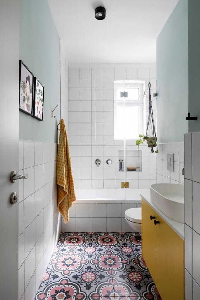 עיצוב חדר רחצה, אריחים מאויירים, אריחים מצויירים, אריחים לבנים, ארון רחצה צהוב, רוחמה שרון, חדר רחצה מודרני, כיור מונח אליפסה