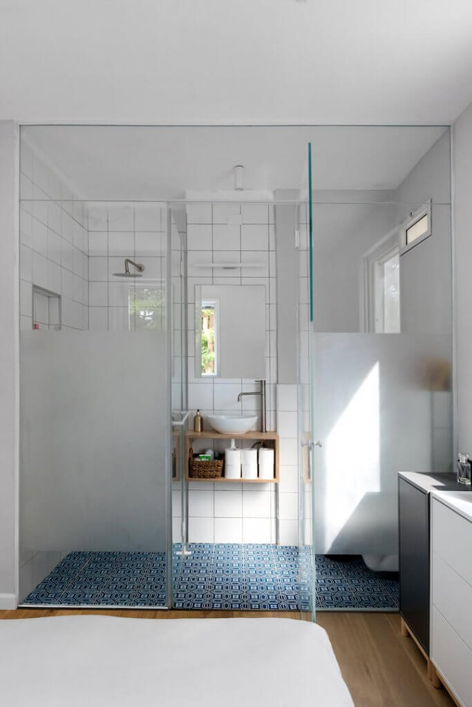 עיצוב פנים, עיצוב חדר שינה מודרני, EKET בצבעים, מזרון על הרצפה, פס צבירה לבן, חדר רחצה זכוכית שקוף