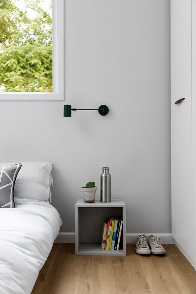 חדר שינה מינימליסטי, מינימליזם, שידה קטנה לצד מיטה, מצעים לבנים, בייסיק סטודיו, פרקט למינציה