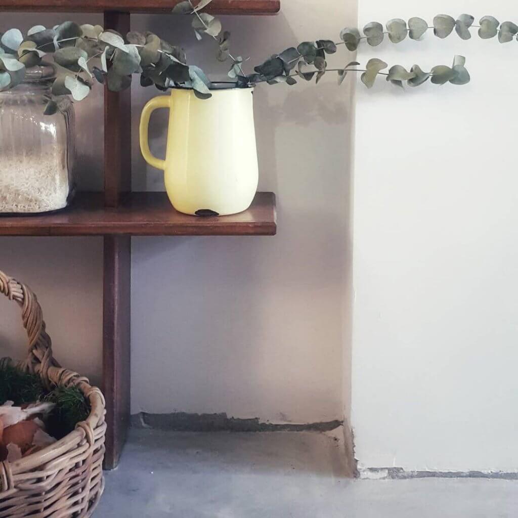 מדפי וינטג במטבח, רצפת בטון מוחלק
