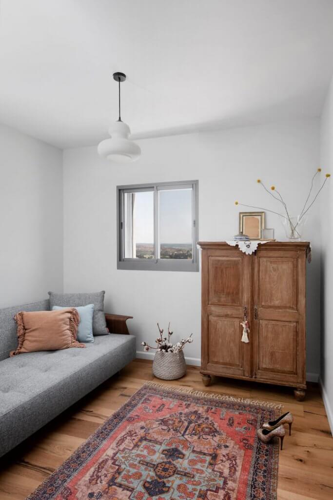 עיצוב חדר שינה, סגנון אירופאי, וילון פשתן, רוזבד, לירון גונן, מיס גרות, עיצוב בר קיימא, הום סטיילינג, מיטה מרופדת, צמחים בחדר שינה, ארון עץ טיק