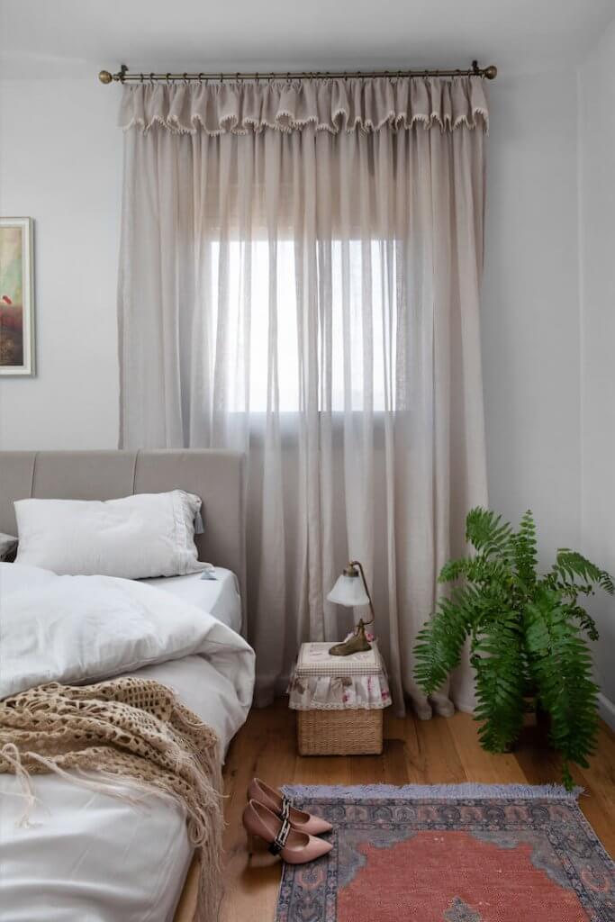 עיצוב חדר שינה, סגנון אירופאי, וילון פשתן, רוזבד, לירון גונן, מיס גרות, עיצוב בר קיימא, הום סטיילינג, מיטה מרופדת, צמחים בחדר שינה