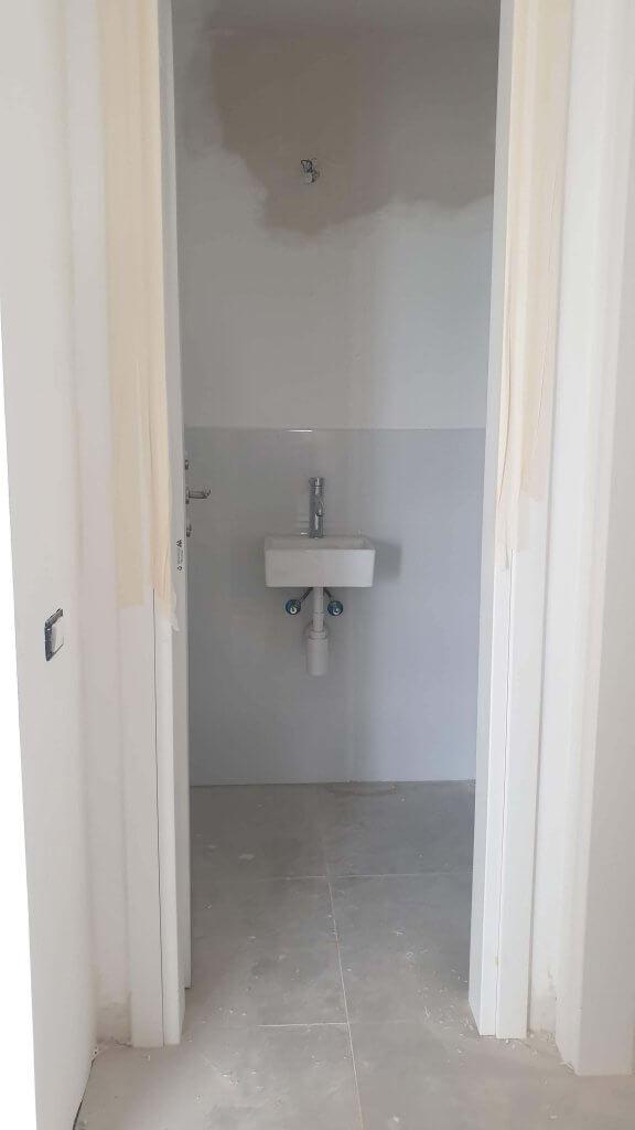 שדרוג חדר רחצה קבלן, מקלחת דירת קבלן, תומיק, ארון חדר רחצה, ארון רחצה עץ טיק, לירון גונן, מיס גרות